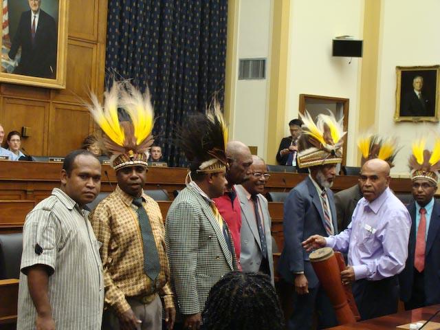 Papua mempersiapkan diri untuk bernyanyi pada pembukaan pendengaran.