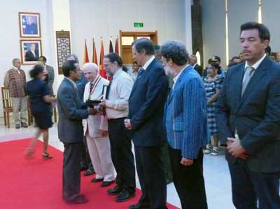 President TMR pPresents medals at Presidential Palace.
